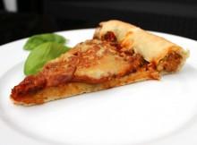 Vegane Pizza mit Würstchen im Rand