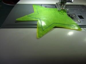 Schneidet vorher das übereinander gelegte Trasparentpapier sternenförmig aus. Näht zwei Sterne aufeinander mit einer großen Stichbreite. Lasst zwei Ecken offen zum Befüllen
